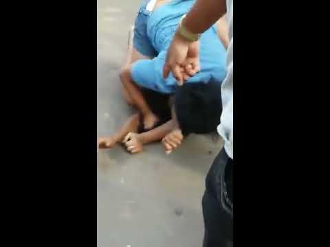Duas mulheres realizam um round de luta livre na rodoviária de Pedreiras