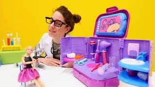 Barbie'nin elini KİRPİ ISIRIYOR. #Barbie ile #doktoroyunu. Geçmiş olsun hastanesinde #kızoyunları