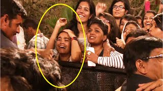 Crazy SRK Fan CRYING and PLEADING to get a HUG from Shahrukh Khan.