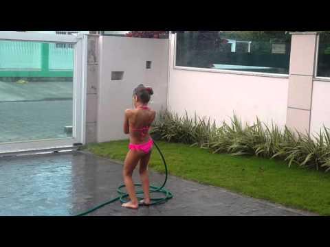 Tomando banho de mangueira