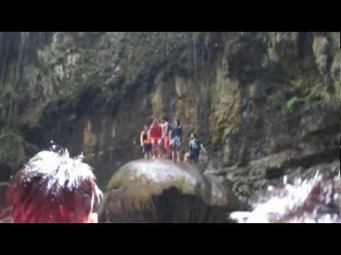 Loncat Indah dari tebing di Green Canyon