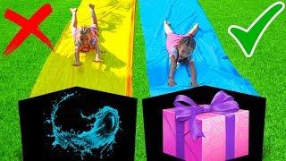 Las Ratitas juegan con Tobogan deslizante de agua con regalos de juguetes para niños