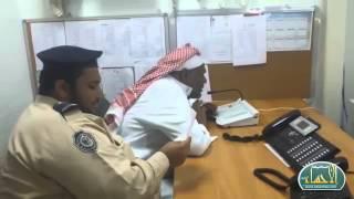 موظف السنترال بمستشفى الجبر يودع المراجعين بطريقته الخاصة | الأحساء نيوز