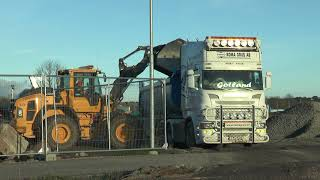 Scania tippar av grus vid ett nybygge 7 nov 2017