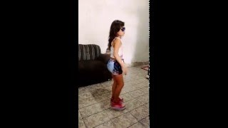 Maria Eduarda dançando música da  Anita