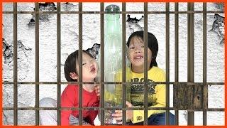 巨大コーラ★兄弟に大量m&m隠された‼︎牢屋からのリアル脱出ゲームFunny Kids Learn Colors and Eating M&M Candy Johny Johny Yes Papa