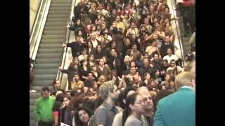 گوگوش در سا ل 2000  اولین کنسرتش در لاس وگاس . صف برای گرفتن امضاء از گوگوش)1(