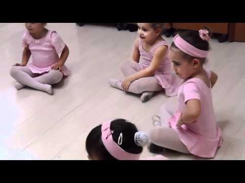 Aula de Balé com a professora Amanda Leal na Creche Criativa 01