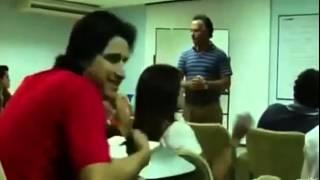 سعودي مبتعث يعمل حركة غريبة...  شوف ردت فعل المدرس!