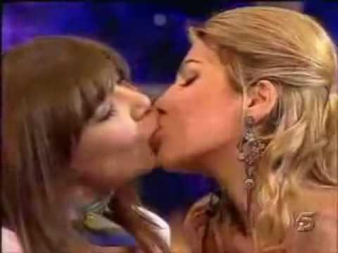 Apresentadora ensina como beijar. Ao vivo na Tv