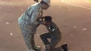 """""""رئيس رقباء"""" يصرف التحية العسكرية لابنه الملازم.. شاهد ردة فعل نجله"""