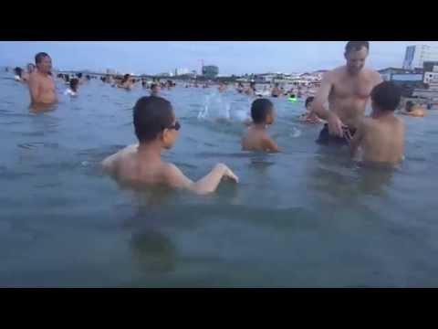 Bạn gái ra bãi biển sexy không tắm ngắm bạn trai bikini