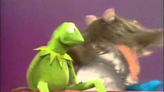 Miss Piggy hits kermit