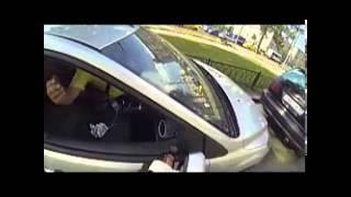 فتاة تلقن من يرمون النفايات من نوافذ سياراتهم درساً قاسياً