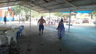 Viejitos bailando cumbia