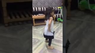 इस छोटी लडकी का पूरा डांस देखने को हो जाओगे मजबूर