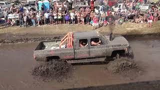 Un TODOTERRENO RUSO en un concurso de camiones monstruo atravesando barro