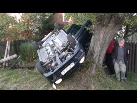 Po dachowaniu auto z ofiarami w środku na drzewie ludzie wyciągają rannych