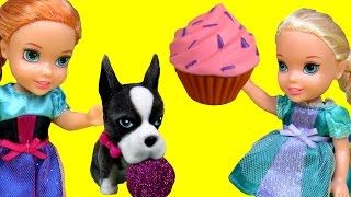 Cupcakes, Gummy bears ! Afraid of ANTS & Dogs !  ELSA ANNA Toddlers playing