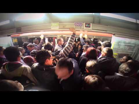 Desespero tumultos y empujones el día a día en TransMilenio