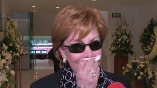 Llena de lágrimas Jacqueline Andere le dio el último adiós a su madre