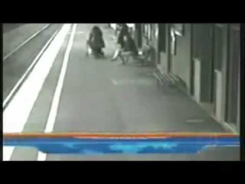 Anjo ou Fantasma Salva criança em estação de trem