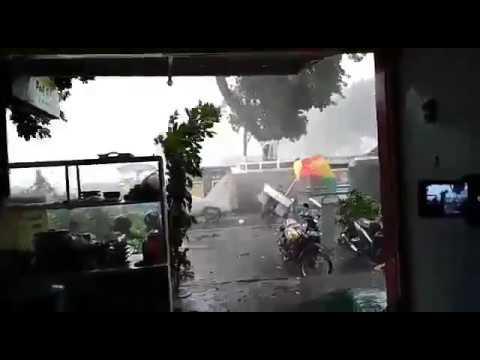 Angin puting beliung Banjarnegara, detik-detik pohon beringin tumbang