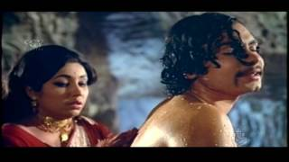 Edakallu Guddada Mele | Jayanthi scrubs Nanjunda's back Kannada scenes | Kannada Cinema | Aarathi
