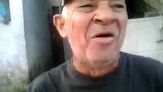 Homem engraçado cantando doido