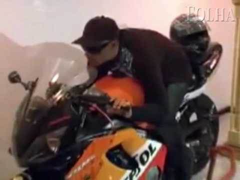 Corpo de entregador e velado sobre a propria moto