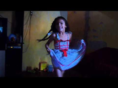 menina dançando música da novela lado a lado
