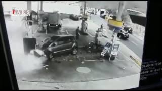 برخورد شدید خودرو با پمپ گاز