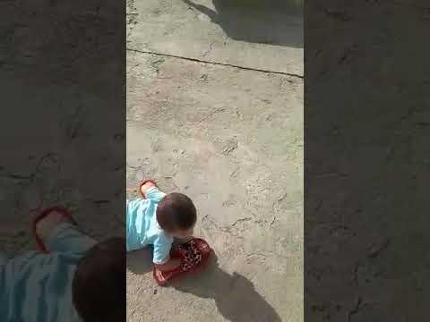 Terlikle yürüyen bebek