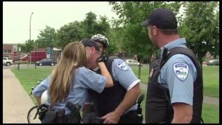 Policière ne fait pas la bise à n