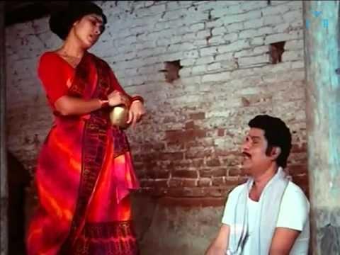 Kovai Sarala Flaunting In Red Saree : Thambikku Oru Pattu