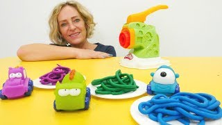 Spielzeug Video für Kinder - Nicole macht für die Autos Spaghetti