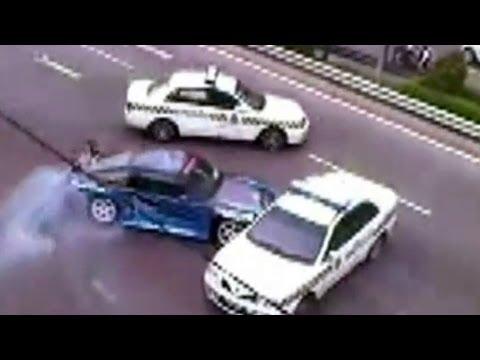 Coches de Policias Persiguiendo a un Deportivo
