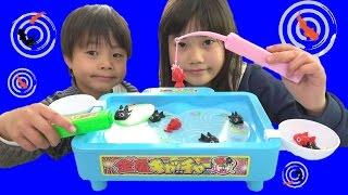 金魚キャッチャーで対決!!!お邪魔虫は・・・うんちボールと・・・こうくんねみちゃん Goldfish Catcher Toy