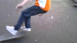 Sukel valt met skateboard