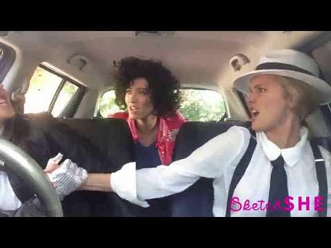 3 chicas cantando en un auto