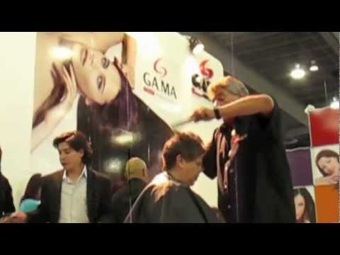 Alberto Gitano Gòmez demostrando cortes de cabello en EBS 2011