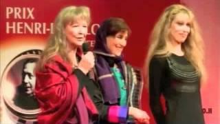 فاطمه معتمد آریا در هنگام دریافت جایزه هانری لانگلوا