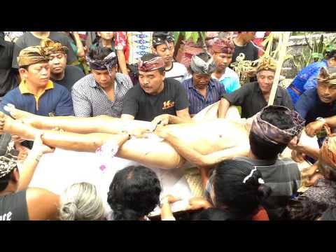 Balinese Ngaben Ceremony - Bathing the Corpse