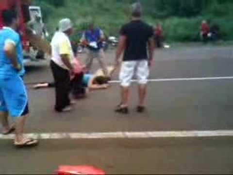 Acidente entre moto e caminhão mata uma mulher
