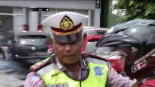 Truk Mogok di Pinggir Jalan, Petugas Membantu Beri Tanda Rambu - 86