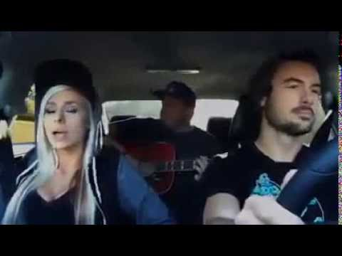 Loira Andie Case cantando a música Me and My Broken Heart.blonde singing in the moving car.