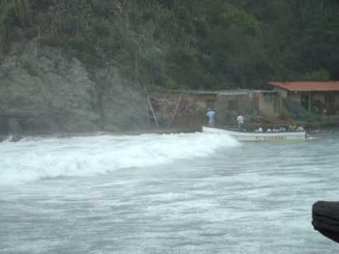 Lancha en mar de leva en Choroni