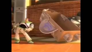 Buzz LightYear no se puede resistir a menear su chapa