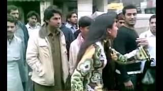 PAKISTANI GIRL FIGHTING IN GULBERG TOWN LAHORE ( Galiyo Pay Galiya )