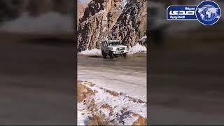شاهد انزلاق السيارات في الثلج بجبل اللوز بتبوك